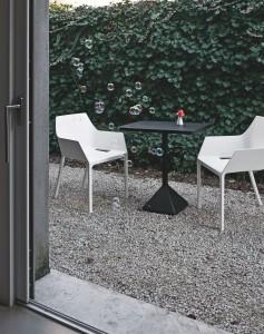 jardin de gravier avec chaises blanches et noir
