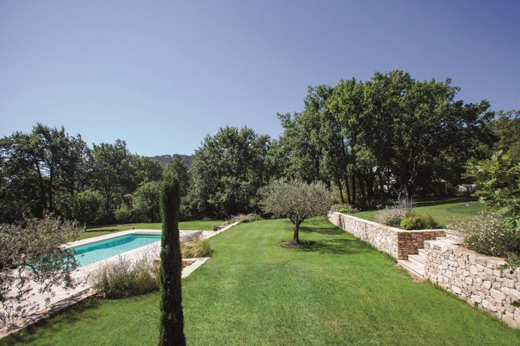 L 39 am nagement d 39 un terrain en pente traditionnel et for Amenagement piscine terrain en pente