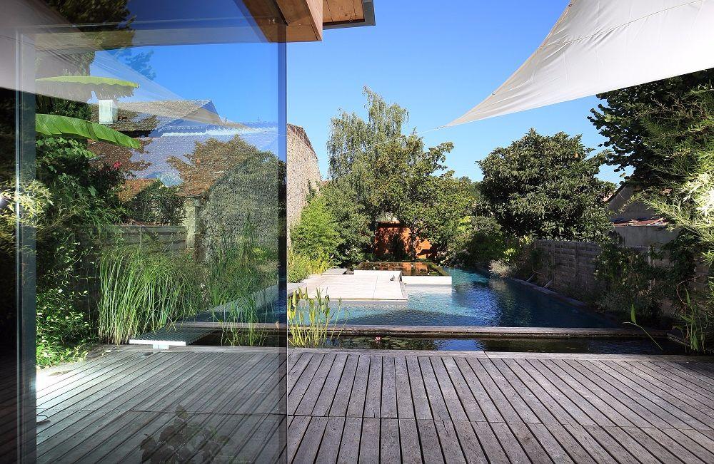 Jardin aquatique entre piscine et nature ext rieurs design for Piscine iris jardin