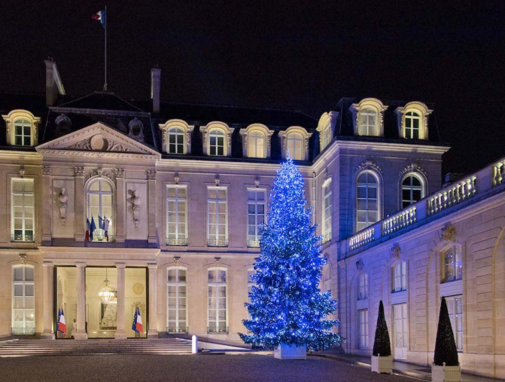 Le sapin illuminant la cour d'honneur du Palais de l'Élysée