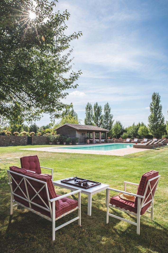piscine-atypique-contemporaine-prairie-cuisine-exterieure-deux-sevres