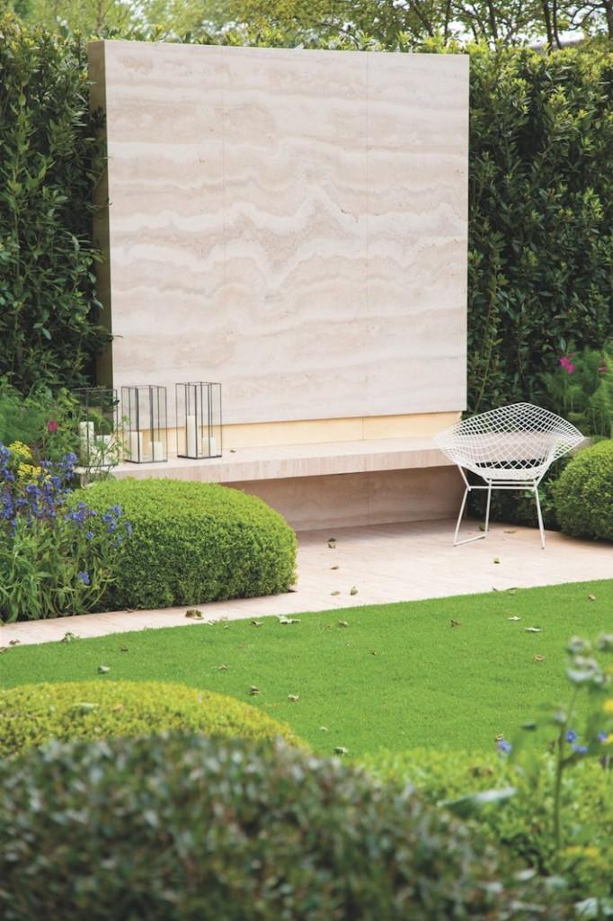 jardin avec décoration en marbre