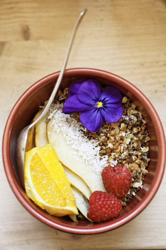 Bol de céréales, fruits et fleurs; recette de l'Abattoir végétal, Paris
