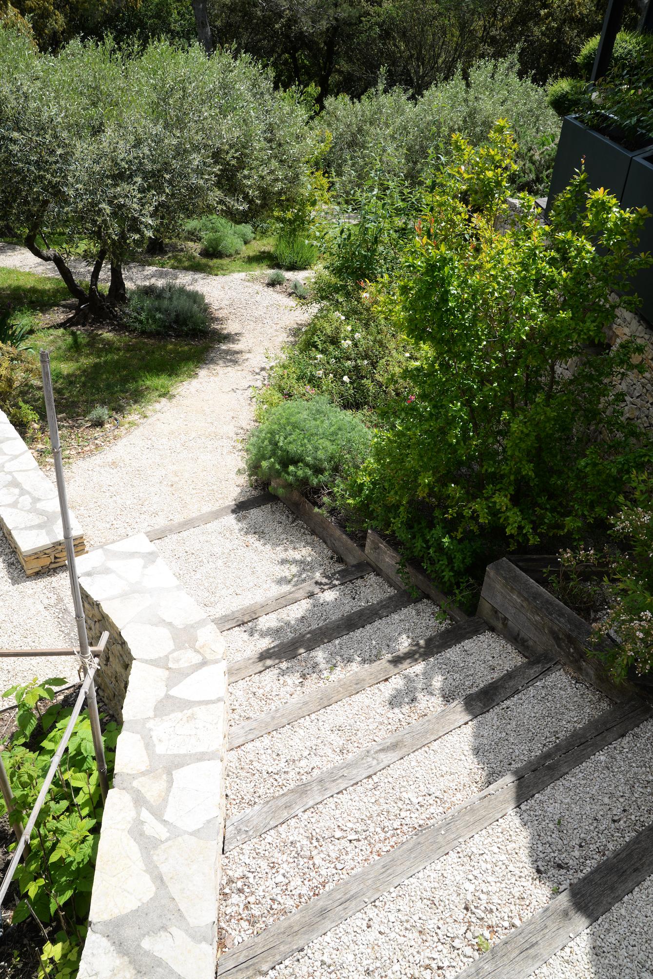 Escalier circulaire conduisant aux jardins en contrebas ; Frédéric Trifilio, Jardin des Arcades