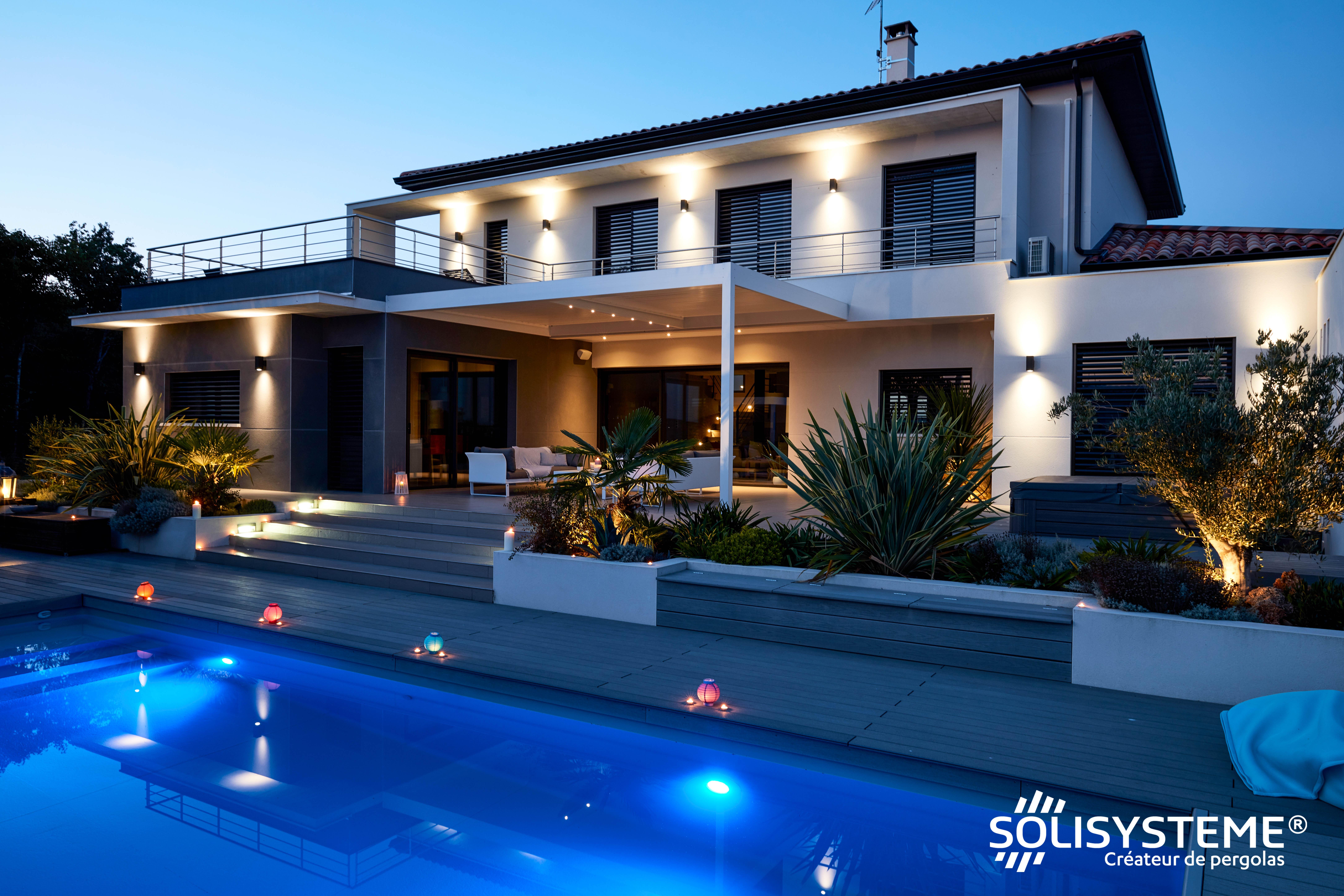 SOLISYSTEME Pergola BIOCLIMATIQUE : La structure se fond naturellement dans l'architecture de la maison, l'éclairage led assurant une utilisation de nuit. © Alain Potignon