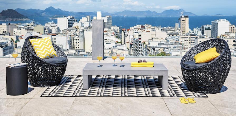 Table béton et accessoire jaune chez Maison du Monde
